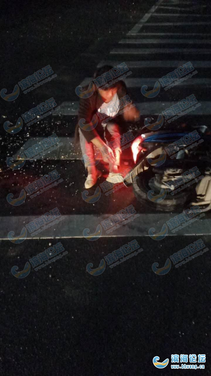 S327和银八滩大道交叉口一起车祸 电瓶车和轿车相撞女子受伤倒地