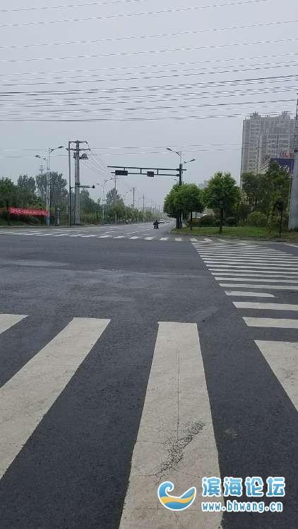 永宁路和师苑路十字路口的红绿灯怎么老是不亮,小孩子上学放学走这里不危险吗?